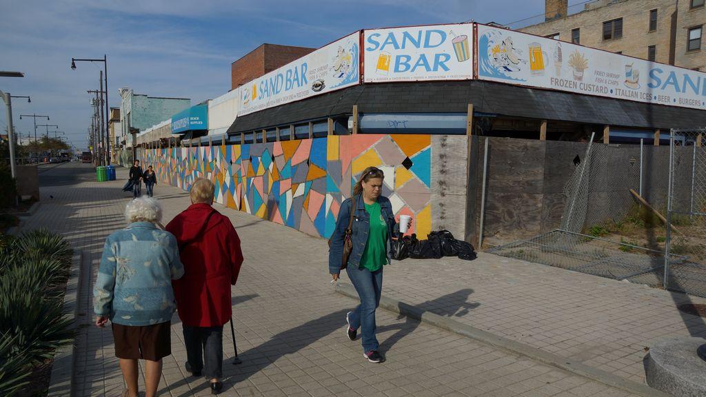 El Sand Bar es uno de varios negocios que permanecen cerrados, dos años después del paso de Sandy.