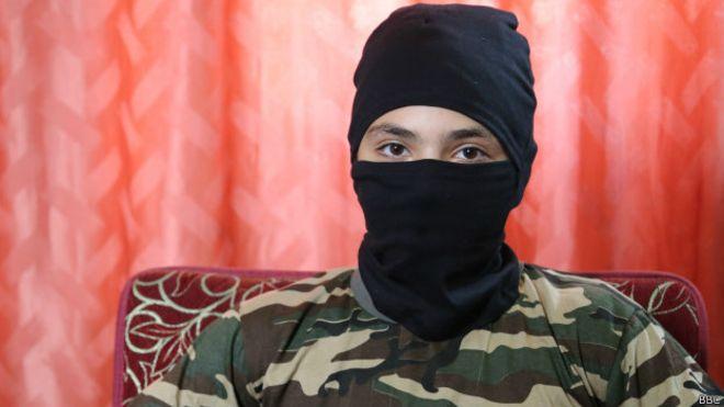 Niño de 13 años se prepara para combatir con Estado Islámico