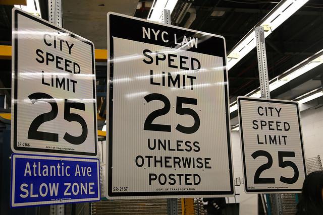 El DOT presentó los nuevos carteles con el límite de velocidad de 25 MPH.