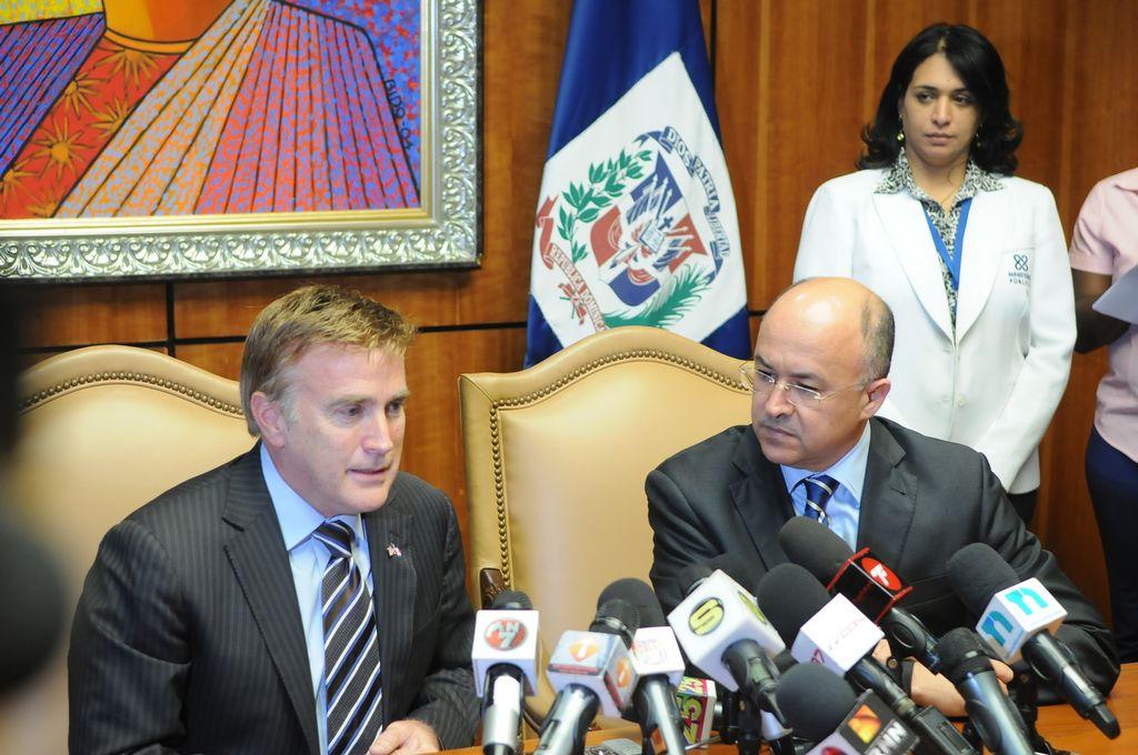 El embajador de Estados Unidos en Dominicana, James Brewster, junto al procurador general Francisco Domínguez Brito.