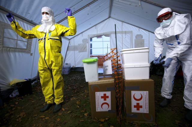 Entrenamiento de trabajadores sanitarios en Ginebra, Suiza, previo a su viaje a África occidental para enfrentar el ébola.