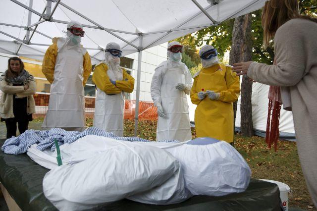 Trabajadores sanitarios de la Federación Internacional de la Cruz Roja (FICR) y de la ONG Médicos sin Fronteras realizan un entrenamiento práctico previo a su viaje a los países de África afectados por el ébola.