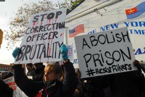 Protestan por abusos contra presos frente a Rikers Island