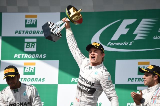 Rosberg derrama la champaña en Brasil