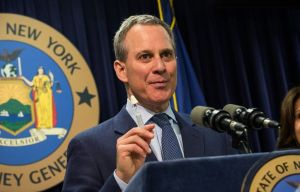 Fiscal General toma partido en guerra entre taxistas en NYC