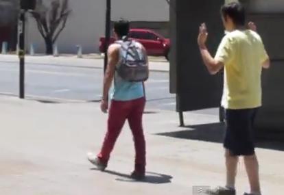 Lo que pasa cuando un hombre piropea a otro hombre en la calle (video)