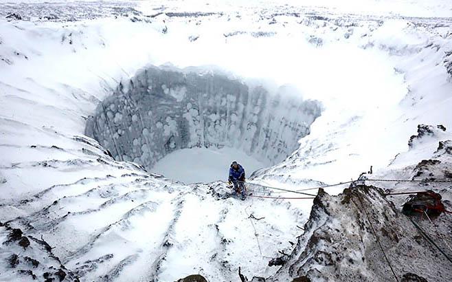¿Luz al final del hoyo? Expertos descienden a agujeros de Siberia