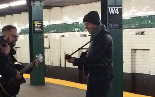 ¿Pero qué hacía Nick Jonas cantando en el metro de NY?