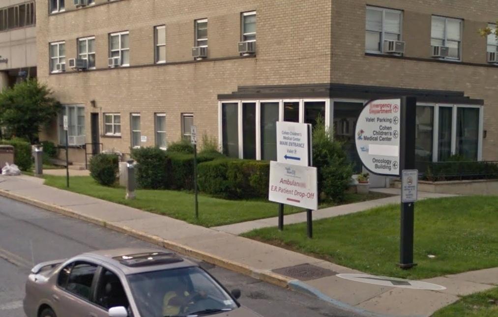 El niño fue llevado al Cohen Children's Medical Centerse donde se determinó que sufría fractura de cráneo y hemorragia.