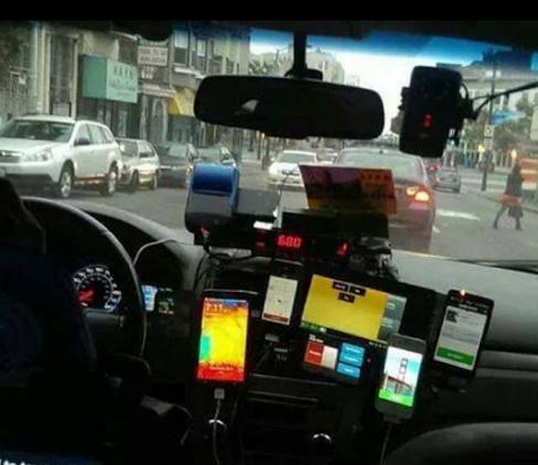 Interior de un taxi que trabaja con múltiples bases y por ende deben tener múltiples tablas.