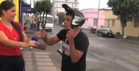En las imágenes se ve cuando el delincuente huye con el celular.