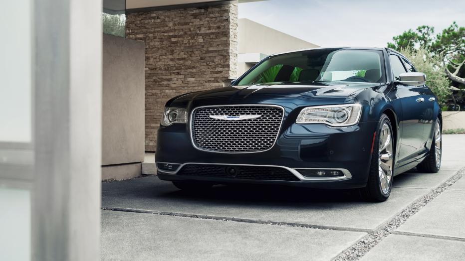 El Chrysler 300 conserva su línea de sedán de lujo.