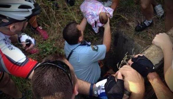 La imagen viral del recién nacido rescatado de alcantarilla
