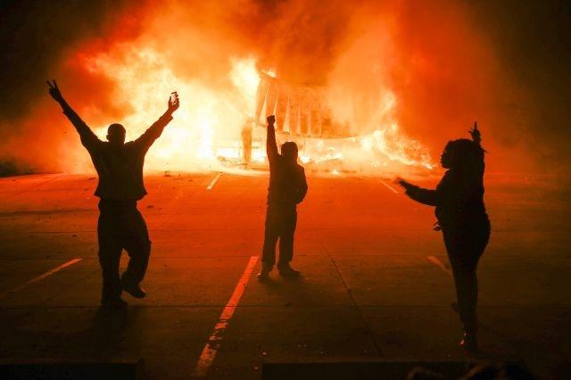 Arrestos, incendios y saqueos durante protestas en Ferguson