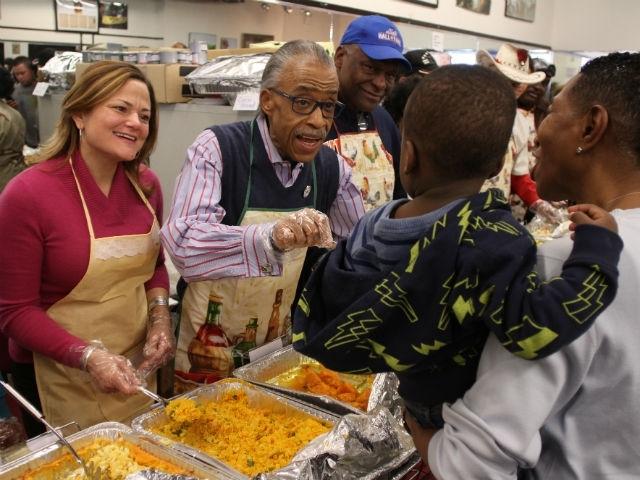 Activistas y funcionarios sirven la cena en Harlem