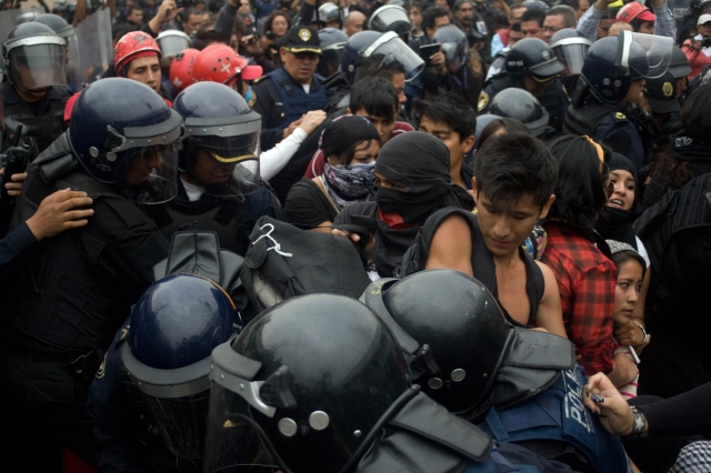Peña Nieto sustituye a policias municipales con mando único estatal