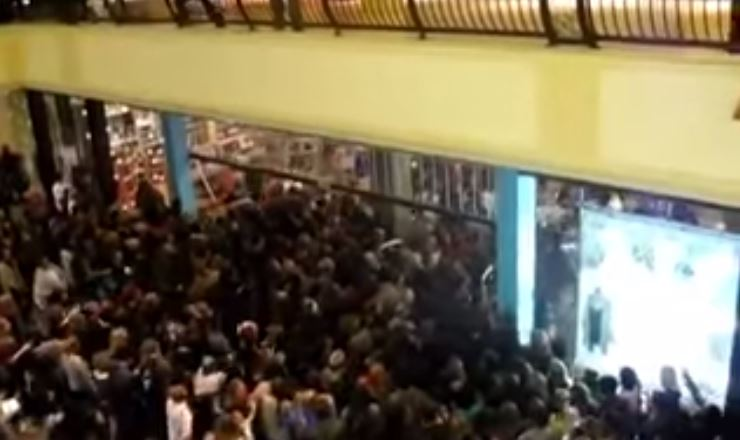 "Peleas y estampidas: la peor cara del ""Black Friday"" (videos)"