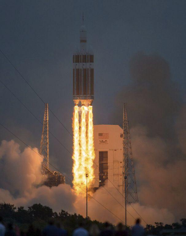 Momento del lanzamiento de la cápsula Orión desde Cabo Cañaveral.