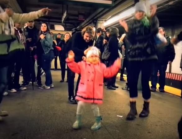 Niña contagia con su ritmo a los usuarios del subway (video)