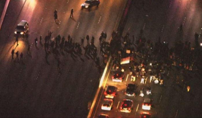 Manifestantes bloquean autopista en Berkeley