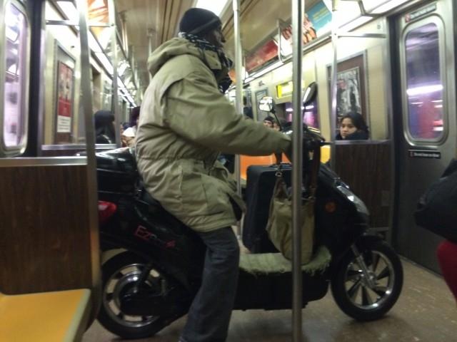 ¡Are you kidding me! Viaja en moto dentro del metro (video)