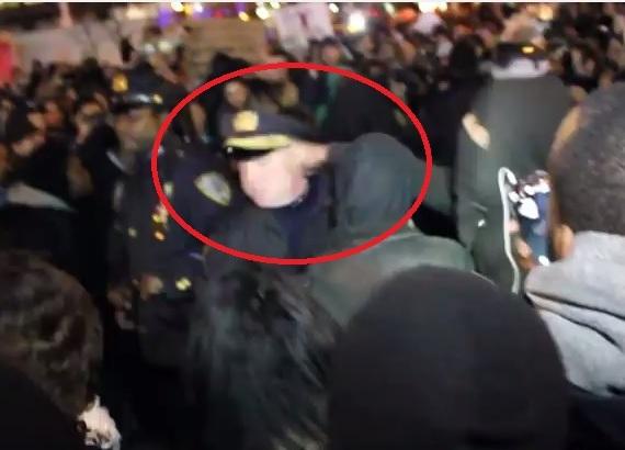 Manifestante en líos con la justicia por golpear a policías (video)