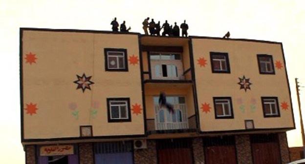Militantes de ISIS lanzan a hombre desde un techo por ser gay (imágenes explícitas)