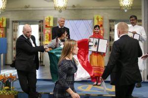 Bandera mexicana con mancha de sangre en Nobel de Paz