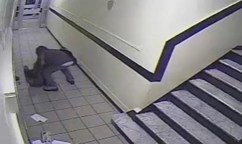 Mujer enfrenta a ladrón en edificio de Manhattan (video)