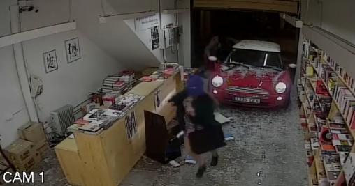 """¿Ladrones """"cultos"""" impactan con auto librería para robar libros? (video)"""