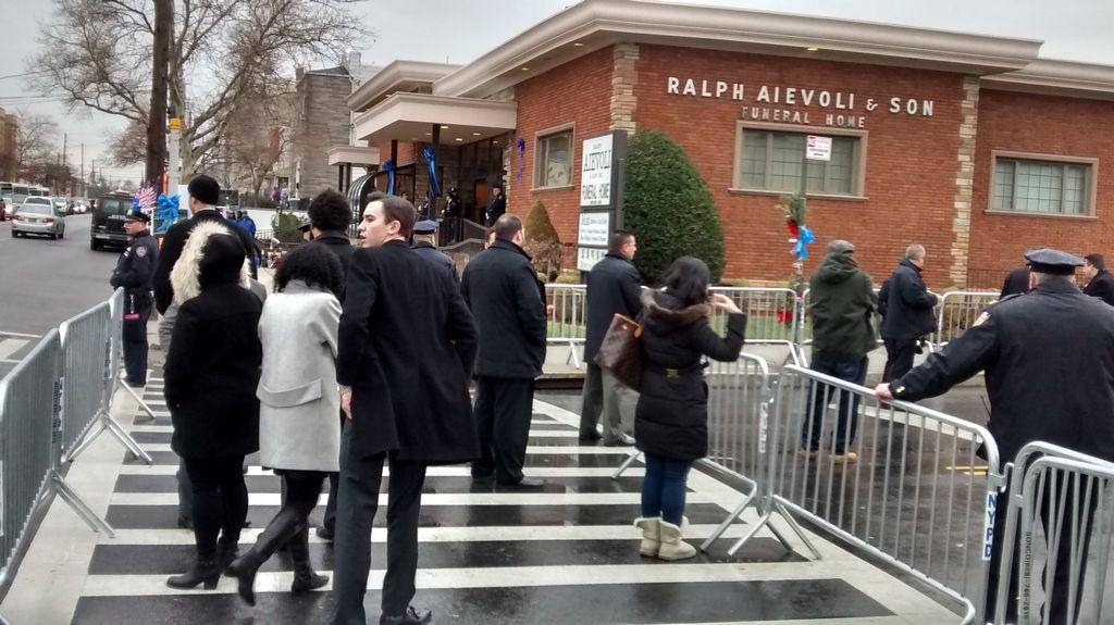 Velatorio íntimo en Brooklyn para despedir a oficial Liu