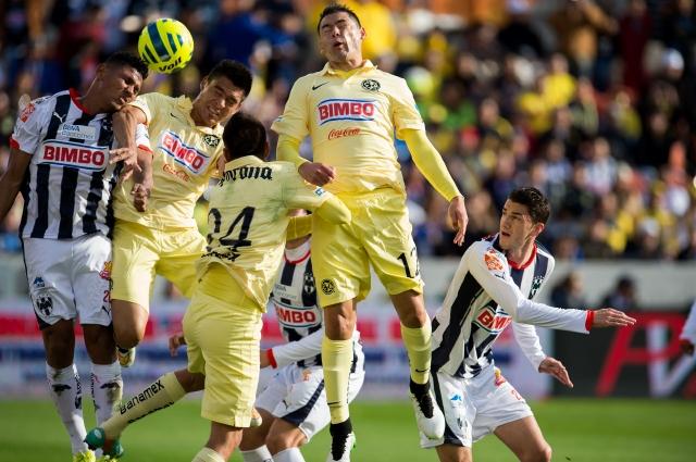 Candido Ramírez, de Rayados, pelea un balón con los defensores del América, Paolo Goltz y Pablo Aguilar.