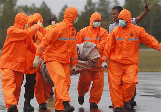Continúan las labores de recuperación de cuerpos y restos del avión de AirAsia.
