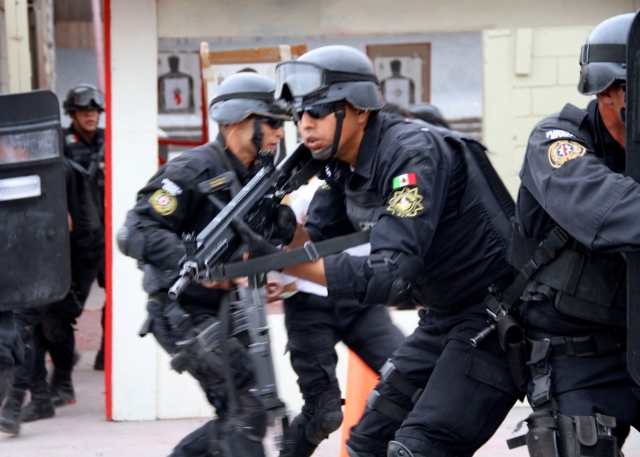 Simulacro de enfrentamiento y liberación de secuestrado durante un entrenamiento de la Fuerza Civil.