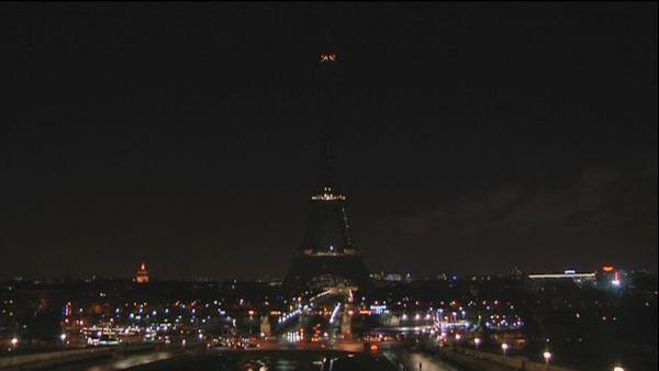 La torre Eiffel apaga sus luces por luto tras atentado