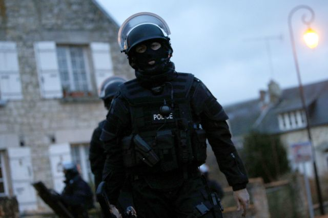 Policía francesa cerca un pueblo en busca de sospechosos