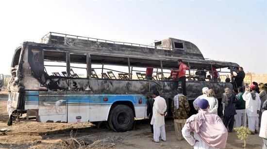 Mueren calcinadas al menos 62 personas en Pakistán