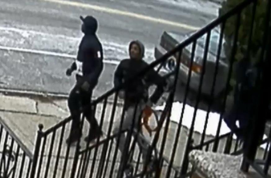 NYPD busca a sospechosos de balear a menor en Brooklyn (video)