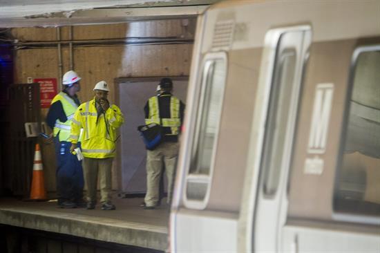 Muere mujer tras llenarse de humo un túnel del metro de Washington