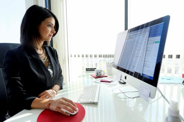 Ana Flores en su oficina de Westwood
