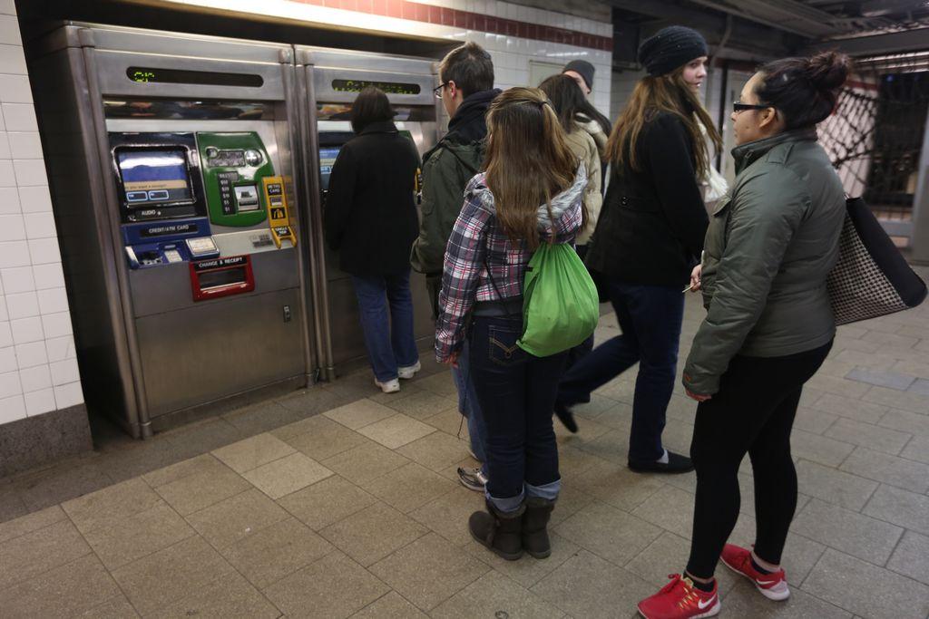 Alza del metro no va en el mismo vagón del salario mínimo