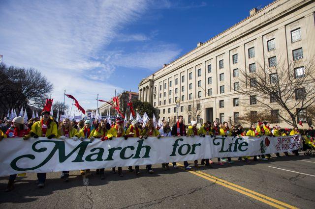 Republicanos aprueban medida que prohibe fondos para abortos
