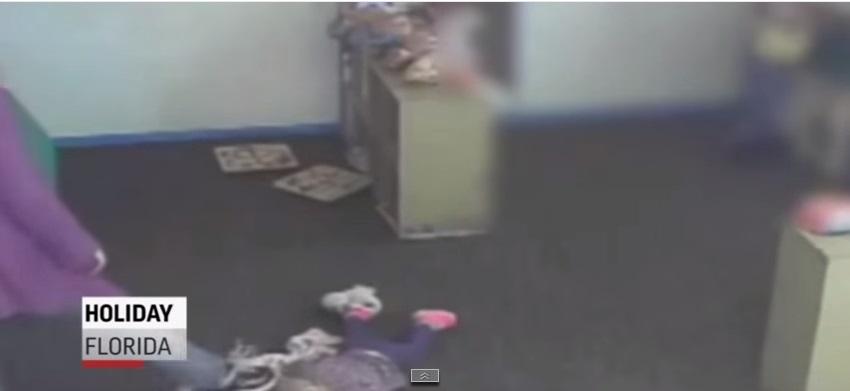 Captan en video a niñera golpeadora en Florida
