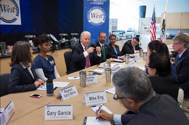 Biden defiende plan de universidad gratuita de Obama