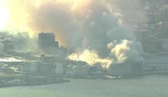 Cientos de bomberos batallan contra fuego en edificio de Brooklyn