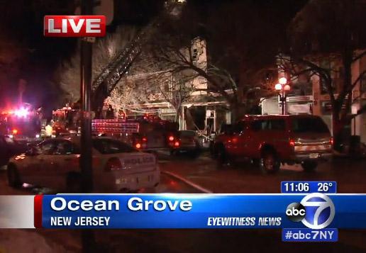 Fuego multialarmas destruye apartamentos y negocios en NJ