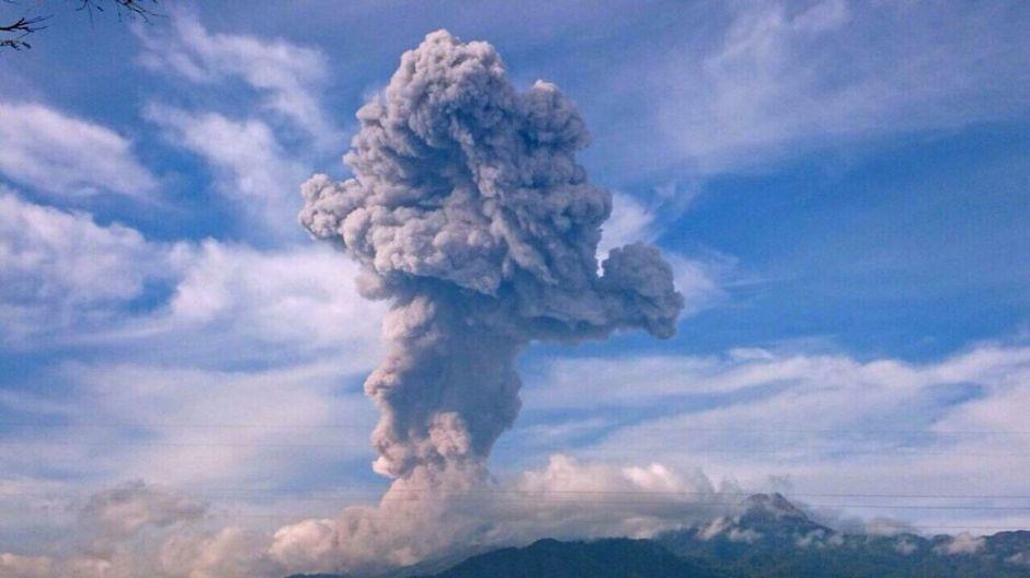 Reabren aeropuerto de Guatemala  tras erupciones de volcán de Fuego