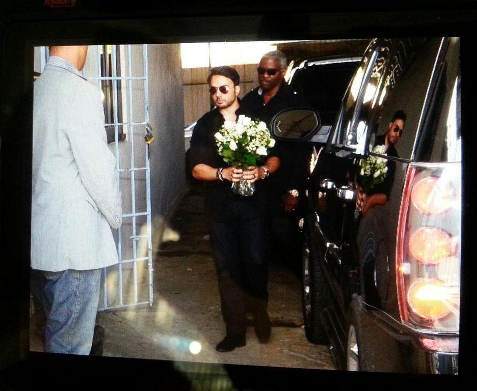Luis Fonsi se presenta en el velorio del padre de Adamari López
