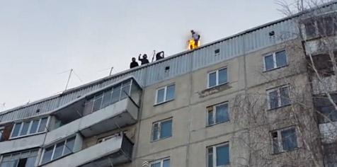 Joven se prende en fuego y se lanza de edificio de 100 pies (videos)