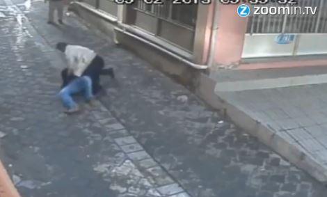 Rescatan a una mujer que era apuñalada por el esposo (video)
